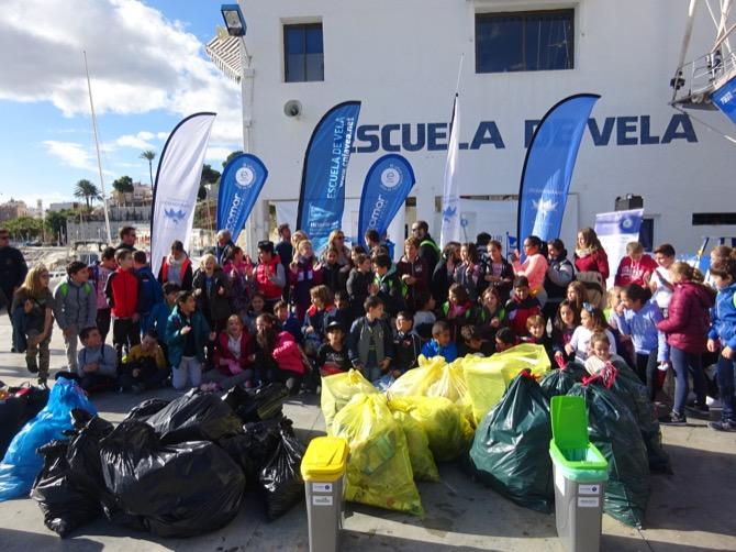Gran éxito de la jornada de limpieza de la costa organizada por el Club Náutico, la Fundación Oceanogràfic y Fundación Ecomar